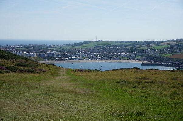 Mestečko Port Erin s plážou pri pohľade z Bradda Head na ostrove Man