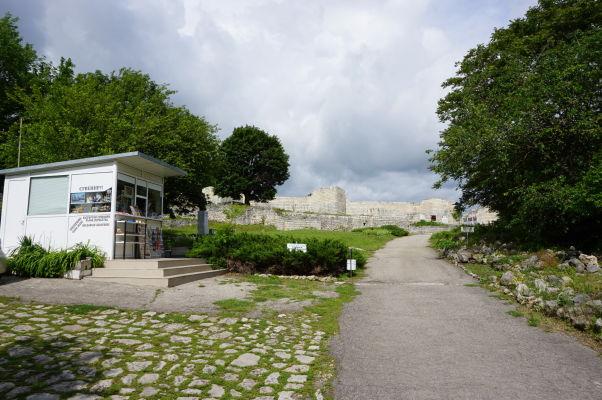 Príjazdová cesta k Šumenskej pevnosti a vľavo búdka s predajňou lístkov a suvenírov