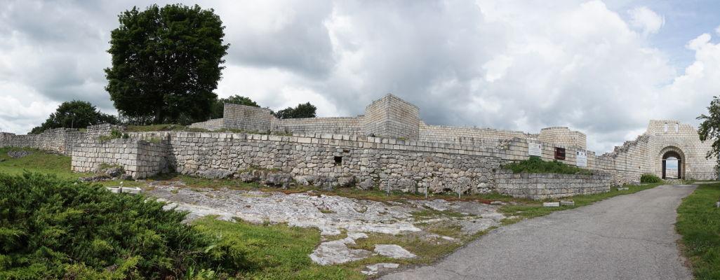 Obvodové múry Šumenskej pevnosti a vpravo vstupná brána
