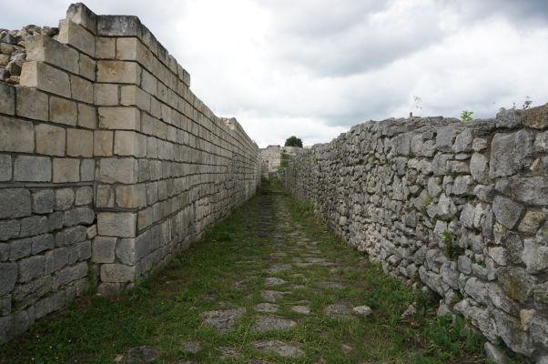 Zrekonštruované rímske (vpravo) a byzantské (vľavo) múry Šumenskej pevnosti