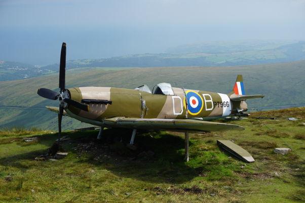 Poničená stíhačka Spitfire na vrchole Snaefellu, najvyššej hory ostrova Man