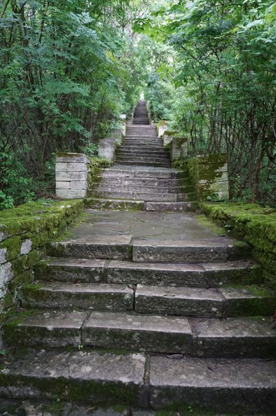Schody vedúce k reliéfu Madarského jazdca