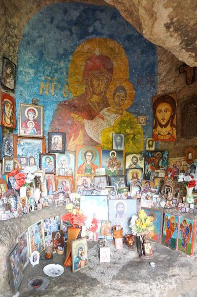Skalná kaplnka sv. Pantelejmona v jaskyni neďaleko reliéfu Madarského jazdca