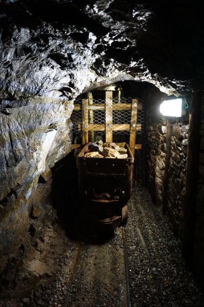 Jedna zo šácht baní Great Laxey Mines na ostrove Man, ktoré boli kedysi najhlbšie na svete a z ktorých odčerpávalo vodu najväčšie vodné kolo sveta