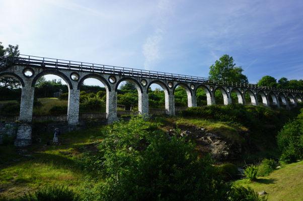 Viadukt, v ktorom vedie dlhý hriadeľ poháňaný vodným kolom Lady Isabella - na jeho druhom konci čerpadlo odčerpávalo vodu z miestnych baní v Laxey na ostrove Man