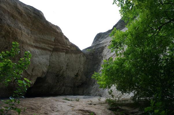 Jaskyne v okolí reliéfu Madarského jazdca