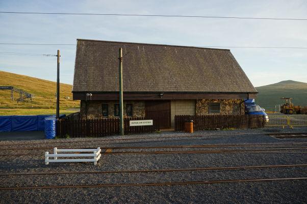Železničná stanica Bungalow Station horskej železnice na vrch Snaefell na ostrove Man - stojí pri horskej ceste Snaefell Mountain Course, kde sa konajú preteky TT