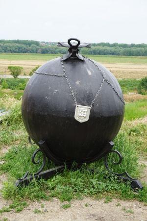 Delová guľa pripomínajúca príbeh baróna Münchhausena