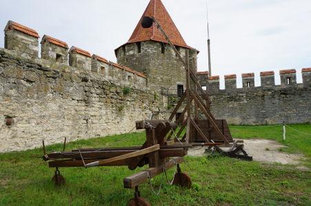 Balista a katapult dokresľujú atmosféru minulosti v pevnosti