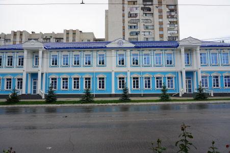 Nechýbajú gýčové budovy, ktoré sovietski architekti zrejme milovali