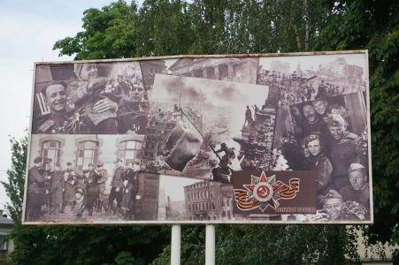 """Propagandistický bilboard pripomínajúci """"Veľké víťazstvo"""", teda porážku Nemecka v 2. svetovej vojne"""