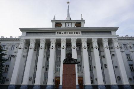 Monumentálny Dom sovietov s bustou Lenina