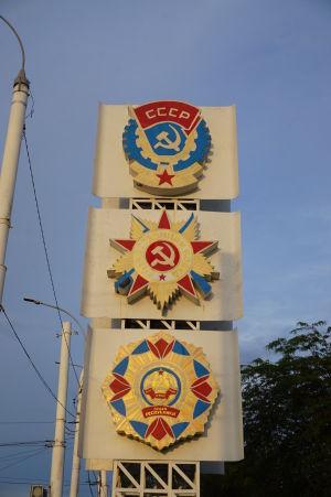 Sovietske symboly pri príjazdovej ceste do Tiraspoľa