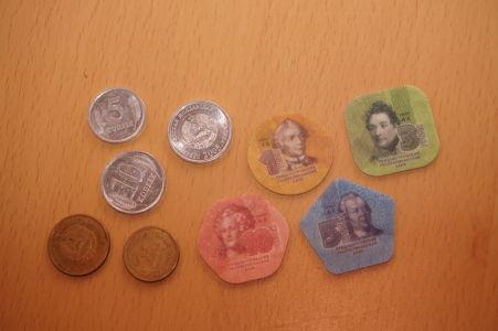 Okrem kovových mincí experimentuje podnesterská vláda i s mincami z kompozitu - vyzerajú ako žetóny zo stolnej hry