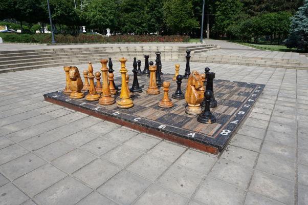 Čo je lepšie, než zvíťaziť v šachu pri Víťaznom oblúku? Navyše s figúrkami v položivotnej veľkosti....