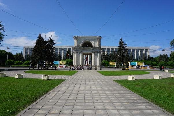 Víťazný oblúk v Kišiňove a za ním sídlo vlády Moldavska