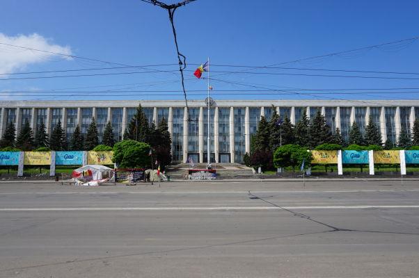 Sídlo vlády Moldavska - Typické sovietske betónové monštrum pri pohľade spod Víťazného oblúka