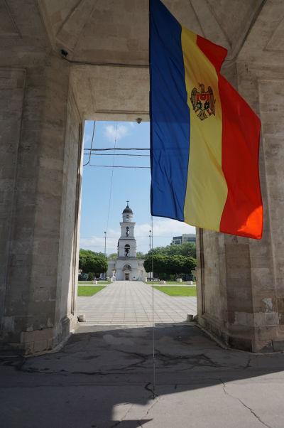 Vo vnútri Víťazného oblúka - pohľad na zvonicu katedrály