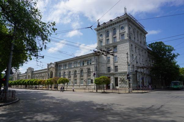Hlavné kišiňovské námestie - vpravo budova banky, vľavo kišiňovská radnica