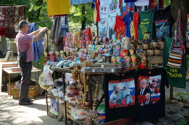Tržnica v parčíku na Bulvári Štefana Veľkého v Kišiňove - kúpite si tričko s matriošku?