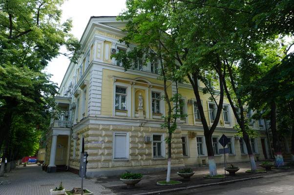 Historická budova železníc Moldavska v Kišiňove, navrhnutá architektom Alexandrom Bernardazzim, ktorý navrhol mnoho budov v meste