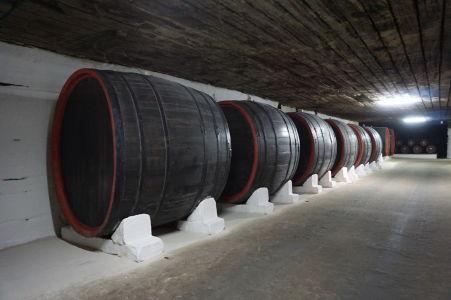 Veľké drevené sudy na víno - dnes už len dekorácia