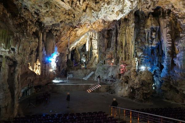 Jaskyňa sv. Michala (St. Michael\'s Cave) - slúži aj ako koncertná sieň a je osvetlená rôzne sa meniacimi farbami