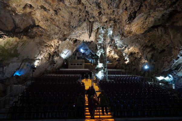 Jaskyňa sv. Michala (St. Michael's Cave) - slúži aj ako koncertná sieň a je osvetlená rôzne sa meniacimi farbami