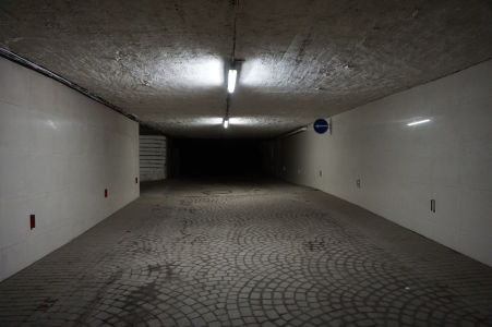 V podzemných uliciach nechýbajú ani dopravné značky