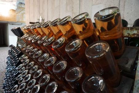 """Fľaše, v ktorých prebieha druhé kvasenie - premena na """"šampanské"""""""