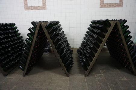 Fľaše je nutné každý deň pootočiť a postupne zväčšovať uhol ich sklonu