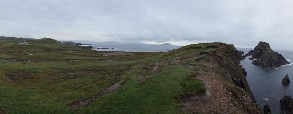 Osamelá farma na pobreží Malin Head na severe Írska - V pozadí je vidieť ostrov Tory, za ktorým sa tiahne už len šíry Atlantik - až po Ameriku