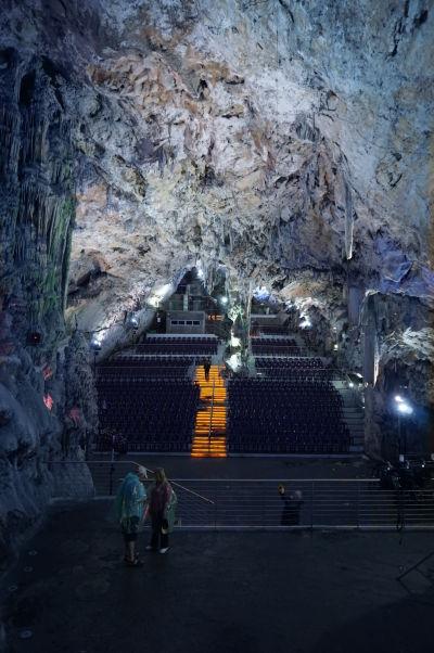 Jaskyňa sv. Michala (St. Michael's Cave) - slúži aj ako koncertná sieň a je osvetlená rôzne sa meniacimi farbami - pohľad na auditórium