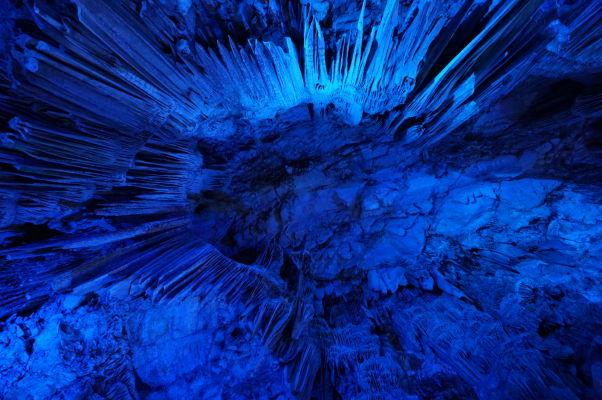 Jaskyňa sv. Michala (St. Michael\'s Cave) - je osvetlená rôzne sa meniacimi farbami