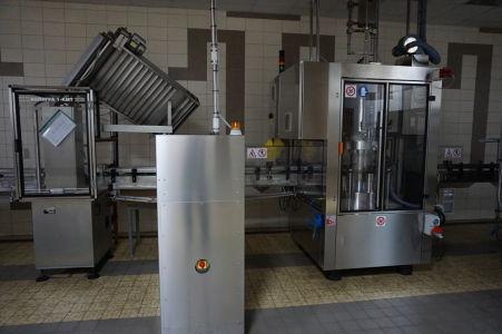 Moderné stroje pre napĺňanie fliaš vínom