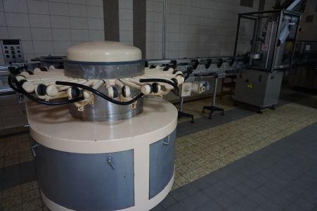 Moderné stroje pre napĺňanie fliaš vínom, ich zátkovanie a nalepovanie etikiet