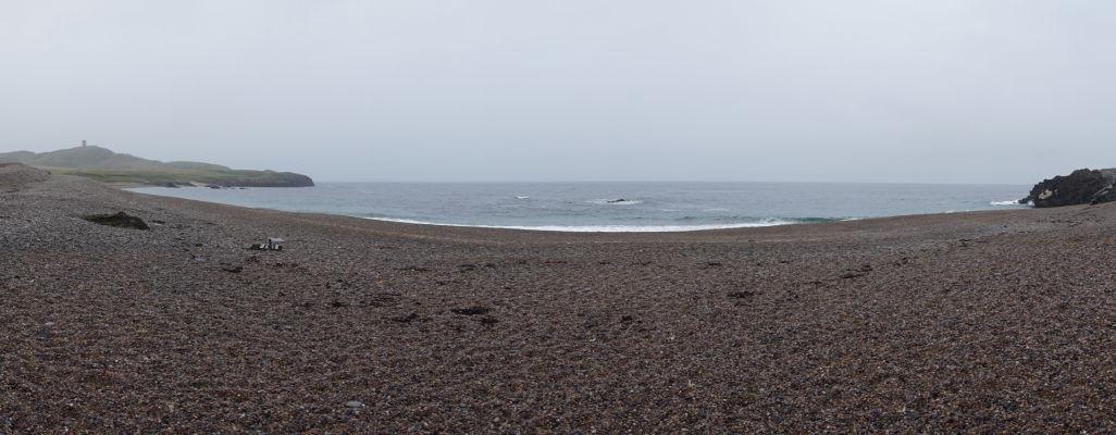 Ballyhillin Beach - pláž s polodrahokamami, v diaľke vľavo veža na Banba's Crown