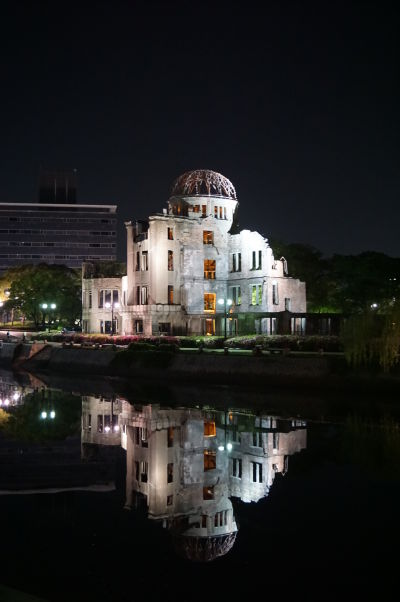 Atómový dóm v Hirošime v noci