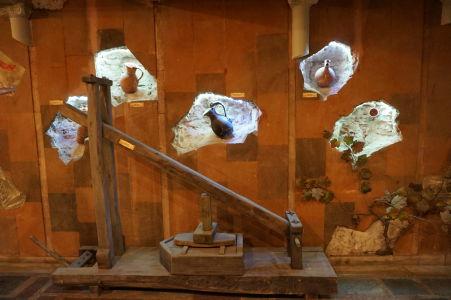 Historické zariadenie pre lisovanie hrozna