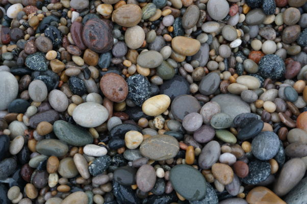Kamienky na pláži Ballyhillin Beach - nájdu sa medzi nimi i nejaké polodrahokamy?