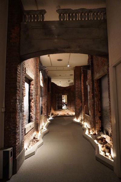 Model zničenej ulice po atómovom útoku na Hirošimu - Múzeum mierového memoriálu v Hirošime