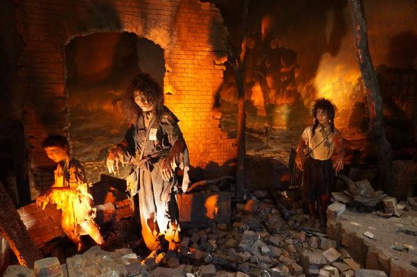 Model zničenej ulice s popálenými preživšími po atómovom útoku na Hirošimu - Múzeum mierového memoriálu v Hirošime