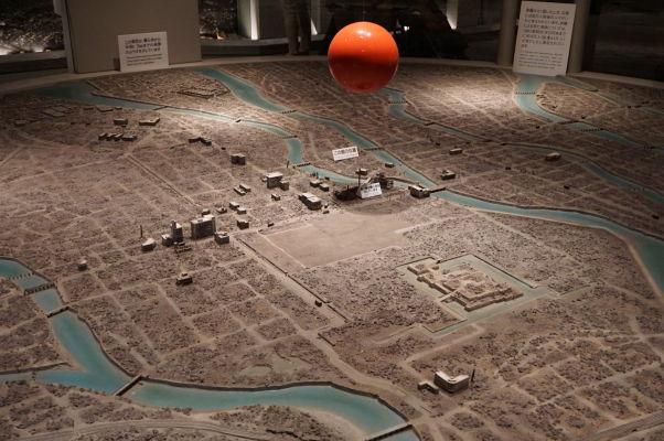 Model Hirošimy po atómovom útoku - červená guľa znázorňuje miesto výbuchu, pod ňou vidieť pri rieke miniatúrny Atómový dóm - Múzeum mierového memoriálu v Hirošime