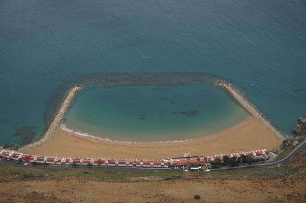 Pláž Sandy Bay na Gibraltári pri pohľade zo Skaly