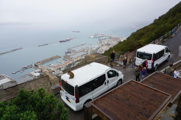 Pohľad na Gibraltársky záliv zo Skaly - pod ňou vpravo vidieť rezidenčnú štvrť na umelo získanej zemi vyzdvihnutím dna a za ňou veľkú výletnú loď