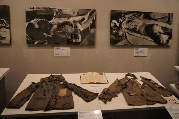 Fotografie a oblečenie obetí atómového útoku v Hirošime - Múzeum mierového memoriálu v Hirošime