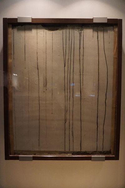 """Kamenná stena, po ktorej stekal tzv. """"čierny dážď"""" - rádioaktívny dážď z objektov vyvrhnutých a roztavených pri výbuchu - Múzeum mierového memoriálu v Hirošime"""