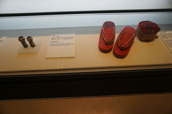 Osobné predmety Sadako Sasaki - dievčatka, ktoré skladalo papierové žeriavy a zomrelo na následky zásahu rádioaktívnym čiernym dažďom, 10 rokov po útoku atómovou bombou - Múzeum mierového memoriálu v Hirošime
