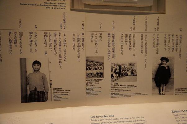 Príbeh Sadako Sasaki - dievčatka, ktoré skladalo papierové žeriavy a zomrelo na následky zásahu rádioaktívnym čiernym dažďom, 10 rokov po útoku atómovou bombou - Múzeum mierového memoriálu v Hirošime