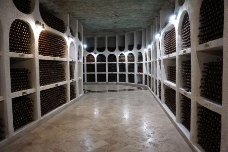 Fľaše uskladnené vo výklenkoch vínnej pivnice